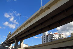Planskild korsning och den blåa himlen Arkivbilder