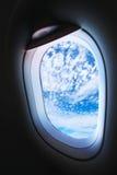 Plant fönster och sikt från nivån till someplace, plant fönster med sikt av folk i resa till someplace, plan sikt och nivåvind Arkivfoto