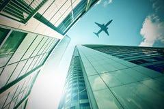 Plant flyg över moderna kontorstorn Royaltyfri Bild