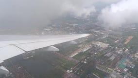 Plant flyg över stad i molnen stock video