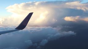 Plant flyg ovanför molnen arkivfilmer
