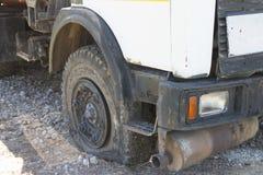 Plant gummihjul av ett gammalt fragment av en rostig övergiven bruten lastbilnärbild Royaltyfria Bilder