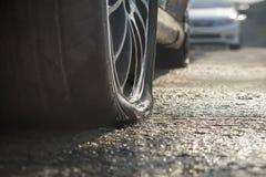 Plant gummihjul för bil i regnig dag arkivfoto