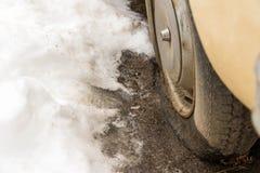 Plant gummihjul på den övergav gamla veteranbilen på vintertid arkivfoton
