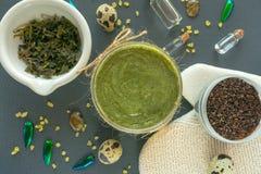 Plant lekmanna- kroppskönhetsmedelbegrepp Kroppskalning Den naturliga ansiktsbehandling- och kroppmaskeringen eller skurar med ka arkivfoton
