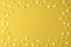 Plant lekmanna- smakligt aptitretande begrepp för bästa sikt, färgrik modell för minsta söt stjärnagodismarshmallow på gul pastel royaltyfria bilder