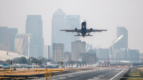 Plant ta av den London stadsflygplatsen Royaltyfri Fotografi