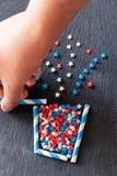 A planta abstrata no potenciômetro stars a forma dos confetes Fundo estrutural da ardósia Bandeira vertical da Web Vista superior Imagem de Stock Royalty Free