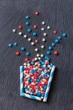 A planta abstrata no potenciômetro stars a forma dos confetes Fundo estrutural da ardósia Bandeira vertical da Web Vista superior Imagens de Stock Royalty Free