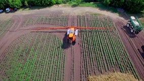 Planta agrícola de la fertilización del rociador en campo de cultivo Irrigación de la agricultura almacen de metraje de vídeo