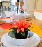 Planta artificial con la flor anaranjada en pote plástico Fotos de archivo
