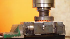 Planta da construção Um torno de corte industrial de trabalho video estoque