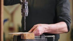 Planta da construção Uma broca industrial que faz um furo em uma placa de metal video estoque