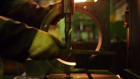 Planta da constru??o Um detalhe grande do ferro redondo Uma broca industrial no primeiro plano filme