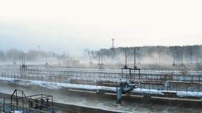 Planta da facilidade do tratamento da água no inverno Exploração agrícola de água de esgoto Silhueta do homem de negócio Cowering vídeos de arquivo