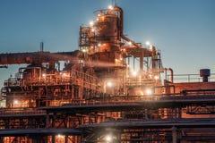 Planta da refinaria de petróleo ou fábrica industrial, tanques da destilaria do armazenamento e encanamento de aço, tecnologias p fotos de stock