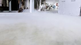 Planta da separação do ar Oxigênio líquido no assoalho Fábrica do gás líquido Tubulações e válvulas vídeos de arquivo