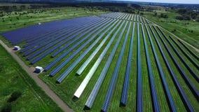 Planta de energia alternativa com módulos solares Exploração agrícola solar que gera a energia limpa filme