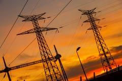 Planta de energia elétrica do fio no por do sol fotografia de stock royalty free