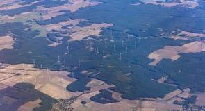 Planta de energias eólicas e campos agrícolas de cima de Vista aérea fora de uma janela do avião imagem de stock royalty free