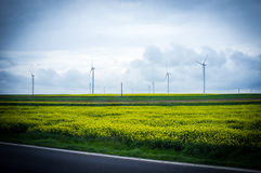 Planta de energias eólicas no campo Imagem de Stock Royalty Free