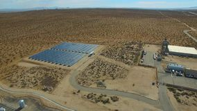 Planta de energias solares no vídeo da antena do deserto video estoque