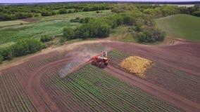 Planta de irrigación del rociador agrícola en campo de cultivo industria armamentista metrajes