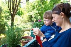 Planta de jardinagem da mãe e do filho Fotografia de Stock