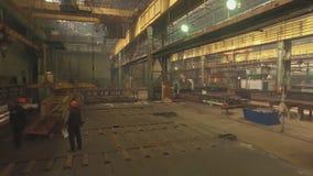 Planta de la construcción naval, erección interna del taller m de la soldadura de las estructuras del metal La planta en Novoross almacen de video