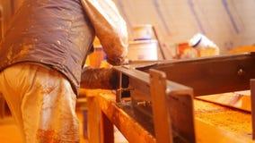 Planta de la construcción Un hombre que limpia la superficie de la pintura almacen de metraje de vídeo