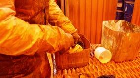 Planta de la construcción Un hombre que trabaja con la pintura anaranjada metrajes