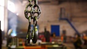 Planta de la construcción Una cadena de elevación industrial con un gancho en el extremo metrajes