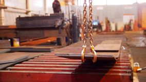 Planta de la construcción Una grúa industrial que levanta y que mueve el detalle plano metrajes