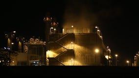 Planta de la corriente eléctrica de la turbina de gas en la oscuridad