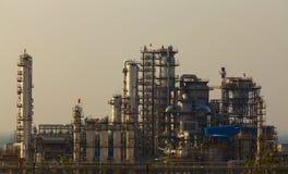 Planta de la industria petroquímica de la refinería de petróleo Imagen de archivo libre de regalías