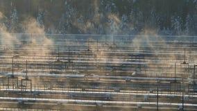 Planta de la instalación del tratamiento de aguas en invierno Granja de aguas residuales Silueta del hombre de negocios Cowering metrajes