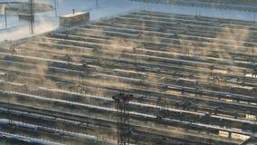 Planta de la instalación del tratamiento de aguas en invierno Granja de aguas residuales Silueta del hombre de negocios Cowering almacen de metraje de vídeo