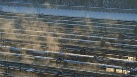 Planta de la instalación del tratamiento de aguas en invierno Granja de aguas residuales Silueta del hombre de negocios Cowering almacen de video