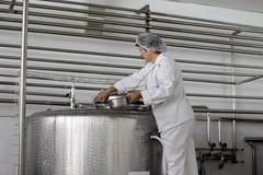 Planta de la producción alimentaria de la lechería Fotografía de archivo libre de regalías