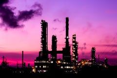 Planta de la refinería de petróleo de la silueta en la mañana crepuscular imágenes de archivo libres de regalías