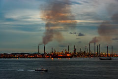 Planta de la refinería de petróleo en la noche Imágenes de archivo libres de regalías
