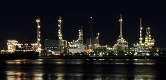Planta de la refinería de petróleo iluminada en la noche Imagen de archivo libre de regalías
