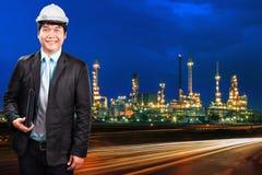 Planta de la refinería del hombre y de petróleo de la ingeniería contra el azul hermoso du Fotografía de archivo libre de regalías