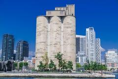 Planta de maltagem velha de Canadá do vintage que está na margem entre construções modernas Imagens de Stock Royalty Free