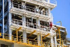 Planta de produção no processamento a pouca distância do mar do petróleo e gás Foto de Stock