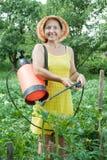 Planta de pulverização da mulher no campo Foto de Stock Royalty Free