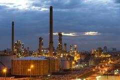 Planta de refinaria do petróleo e gás ou indústria petroquímica no fundo do por do sol do céu, fábrica com noite, tanque da esfer fotografia de stock