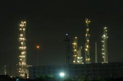 Planta de refinaria no crepúsculo Fotos de Stock Royalty Free