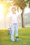 Planta de riego asiática de la niña al aire libre imágenes de archivo libres de regalías