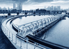 Planta de tratamento de águas residuais urbana moderna em shanghai imagens de stock royalty free